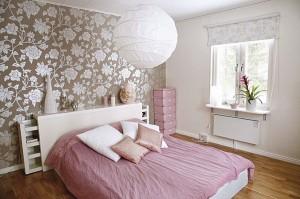 Немного разнообразия: комбинация обоев в спальне